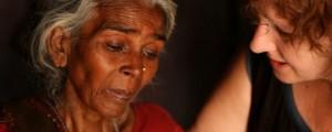 Film-maker Leslee Udwin incontra la madre dello stupratore condannato Mukesh Singh.