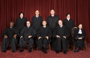 I giudici della Corte. In piedi, da sx : Sotomayor, Breyer, Alito, Kagan. Seduti, da sinistra: Thomas, Scalia, Roberts, Kennedy, Ginsburg