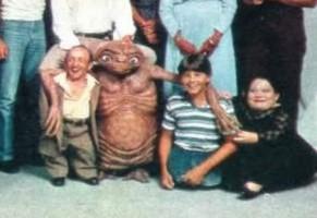 Due nani ed un ragazzo senza gambe interpretavano E.T.